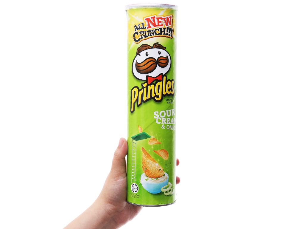 Snack khoai tây vị kem chua và hành Pringles lon 147g 7