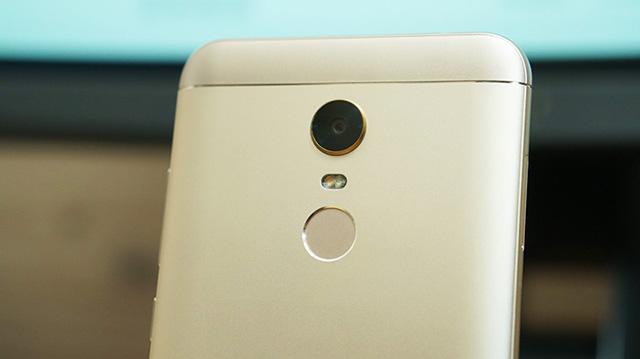 Xiaomi Redmi 5 Plus hỗ trợ đèn LED 2 tông màu ở mặt sau
