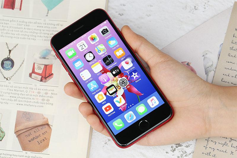 Kích thước máy nhỏ gọn dễ cầm - iPhone SE 64GB (2020)