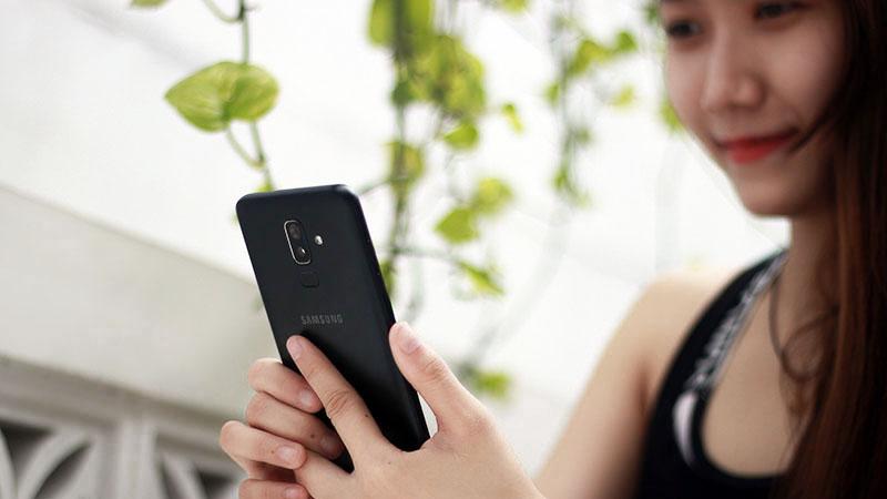 Điện thoại Samsung Galaxy J8 cho cảm giác cầm nắm chắc chắn