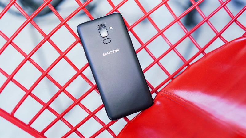Thiết kế của điện thoại Samsung Galaxy J8