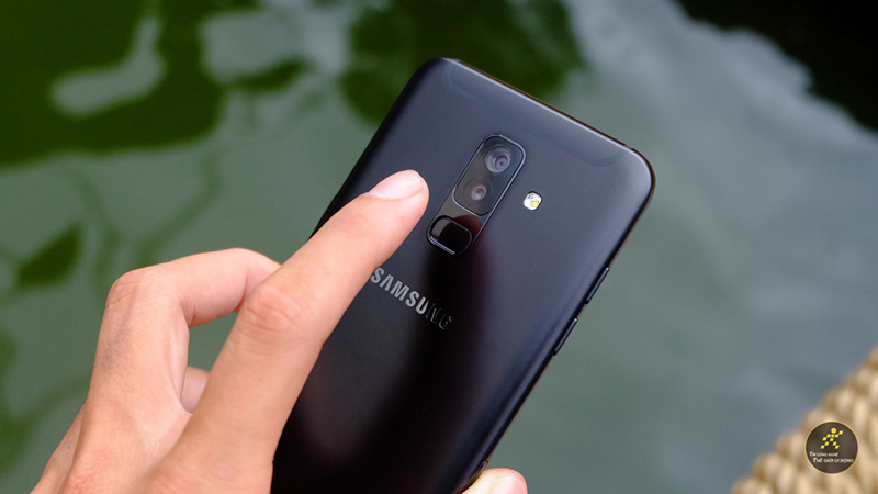 Cảm biến vân tay mặt lưng trên điện thoại Samsung Galaxy A6+ (Plus)