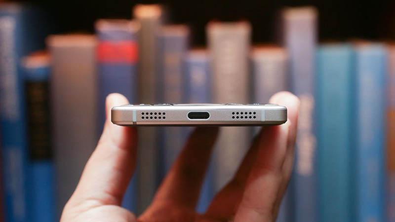 Cổng kết nối trên BlackBerry KEY2 là chuẩn USB-C ở cạnh dưới