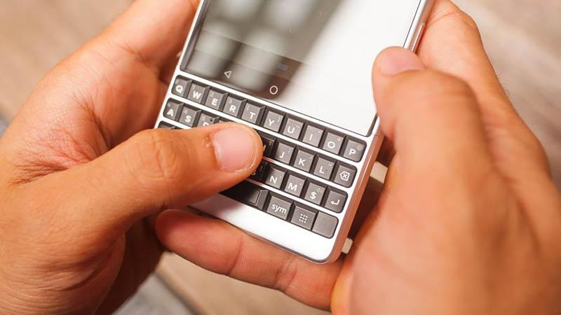 Các góc cạnh trên BlackBerry KEY2 được bo cong mềm mại