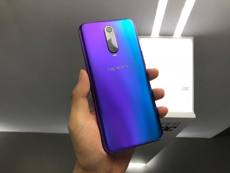 Mặt lưng chuyển màu của điện thoại OPPO R17 Pro
