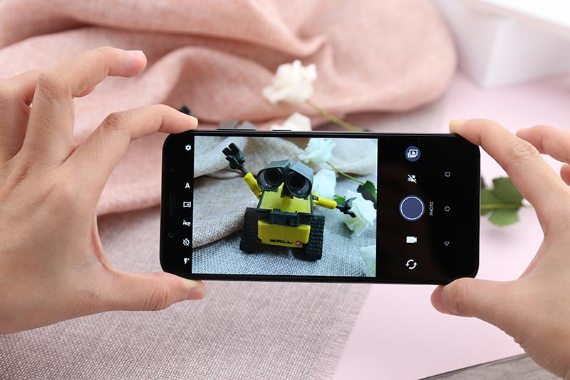 Giao diện camera điện thoại HTC U12 life