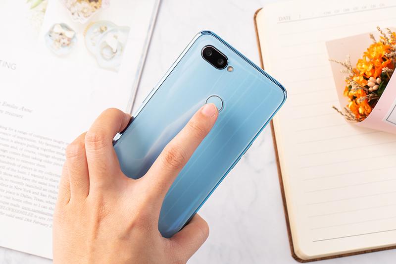 Cảm biến vân tay ở mặt lưng điện thoại Realme 2 Pro