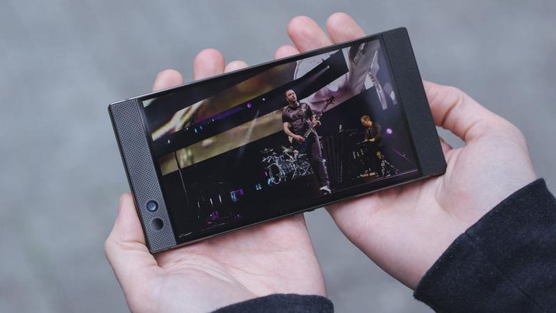 Cảm giác cầm nắm Razer Phone 2