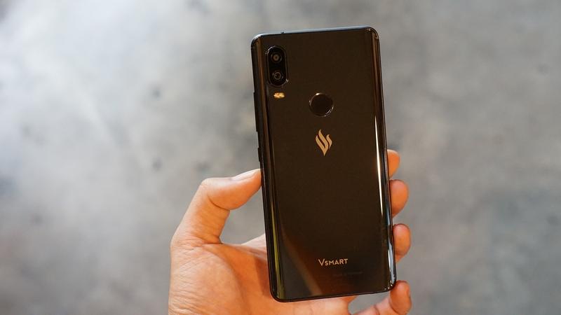 Khả năng cầm nắm chắc chắn của điện thoại Vsmart Active 1 chính hãng