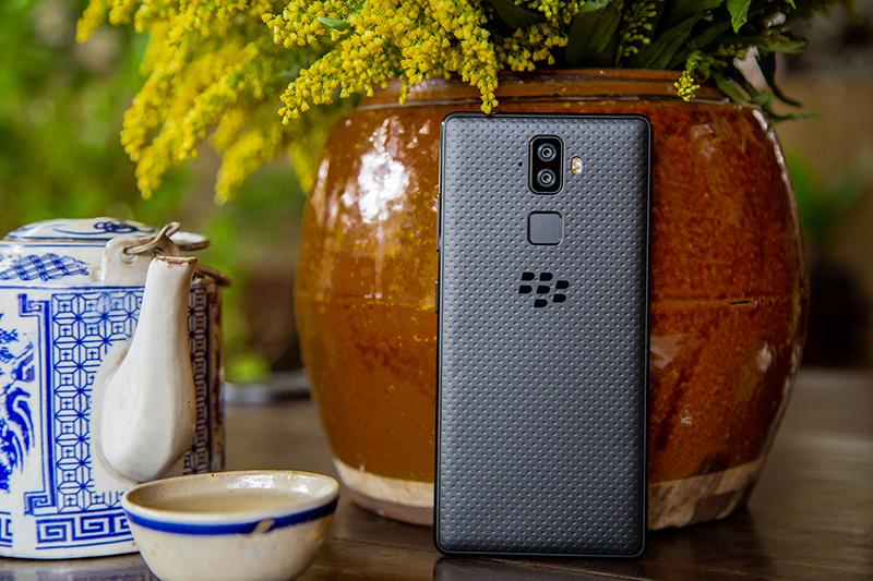 Thiết kế của điện thoại BlackBerry Evolve chính hãng