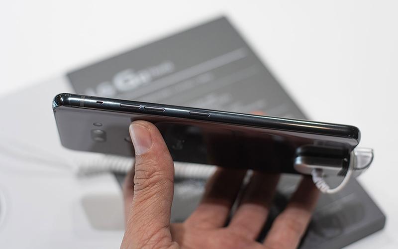 Bên hông của điện thoại LG G8S ThinQ