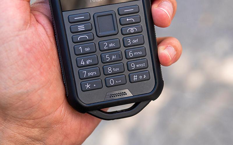 Điện thoại Nokia 800 Tough | Phím to dễ thao tác