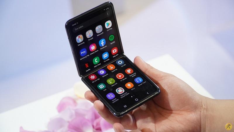 Điện thoại Samsung Galaxy Z Flip | Màn hình giải trí sắc nét
