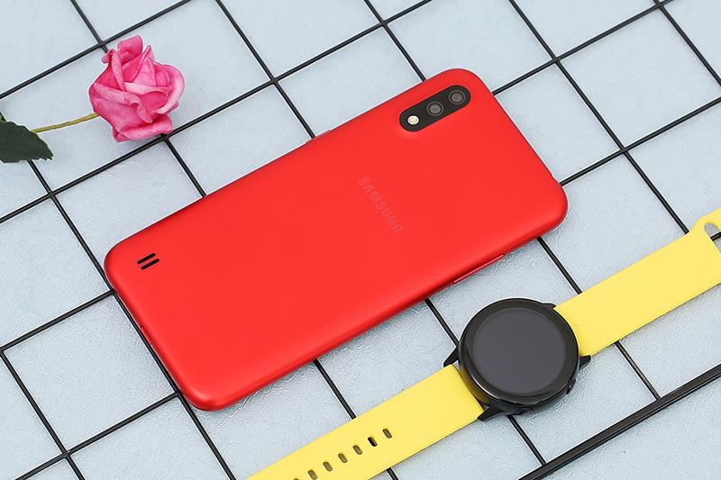 Điện thoại Samsung Galaxy A01 | Thiết kế gọn nhẹ, dễ cầm nắm