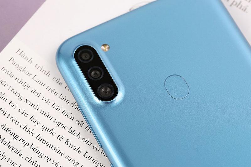 Điện thoại Galaxy A11 thiết kế nguyên khối chắc chắn với 3 camera sau