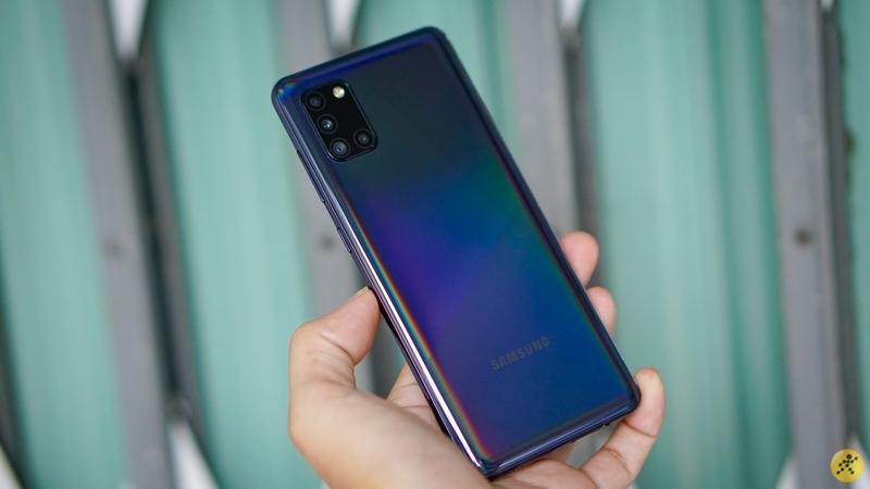 Mặt lưng sáng bóng trên điện thoại Samsung Galaxy A31