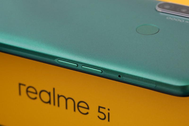 Điện thoại Realme 5i | Thiết kế mặt lưng chuyển màu lượn sóng