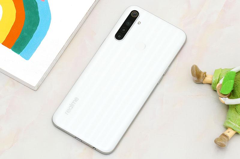 Điện thoại Realme 6i với mặt lưng thiết kế với hiệu ứng vân song song đẹp mắt