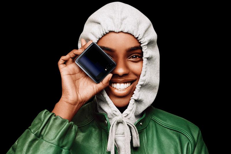 Khi gập lại, Z Flip có kích thước khá nhỏ gọn | Samsung Galaxy Z Flip 5G