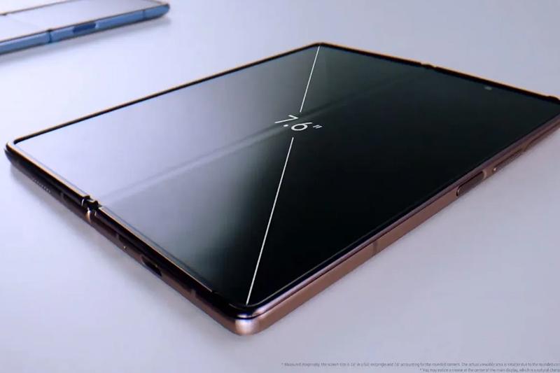 Samsung Galaxy Z Fold 2 | Màn hình chính lên đến 7.59 inch, thế khuyết tai thỏ bằng camera đục lỗ.