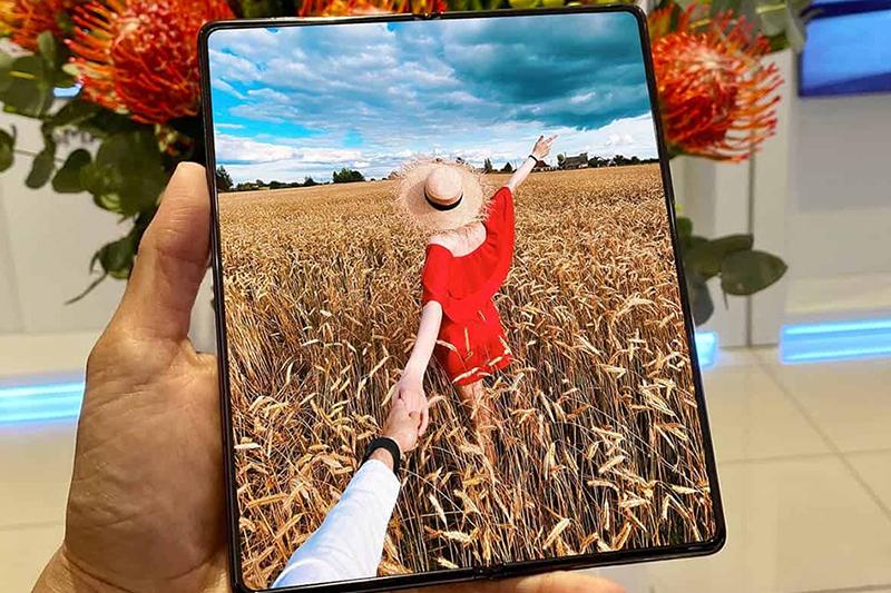 Samsung Galaxy Z Fold 2 | Hai màn hình đều sử dụng tấm nền AMOLED
