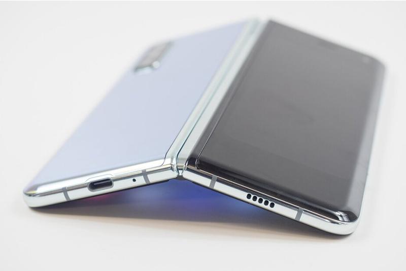 Samsung Galaxy Z Fold 2 | Tích hợp sạc nhanh 25 W và lẫn sạc không dây 11 W