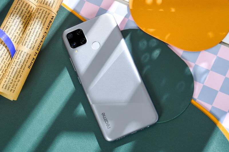Realme C15 | Thiết kế hiện đại, kích thước lớn, góc cạnh bo tròn