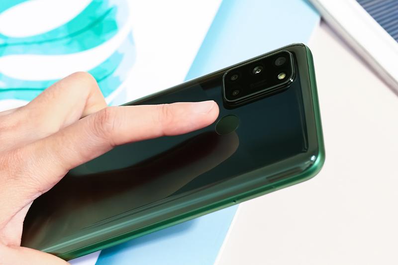 Realme 7i | Tích hợp cảm biến vân tay đặt ở mặt lưng
