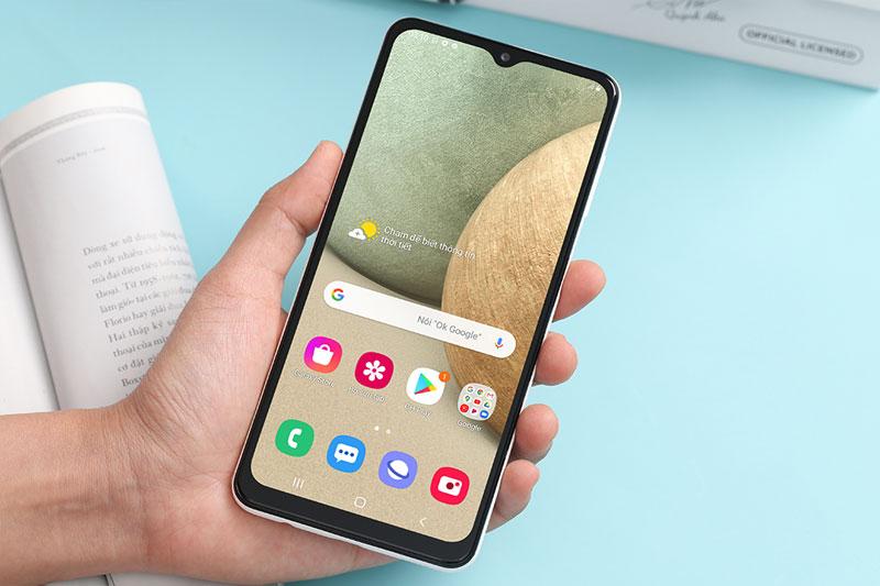 Samsung Galaxy A12 | Cầm nắm thuận tiện, dễ dàng