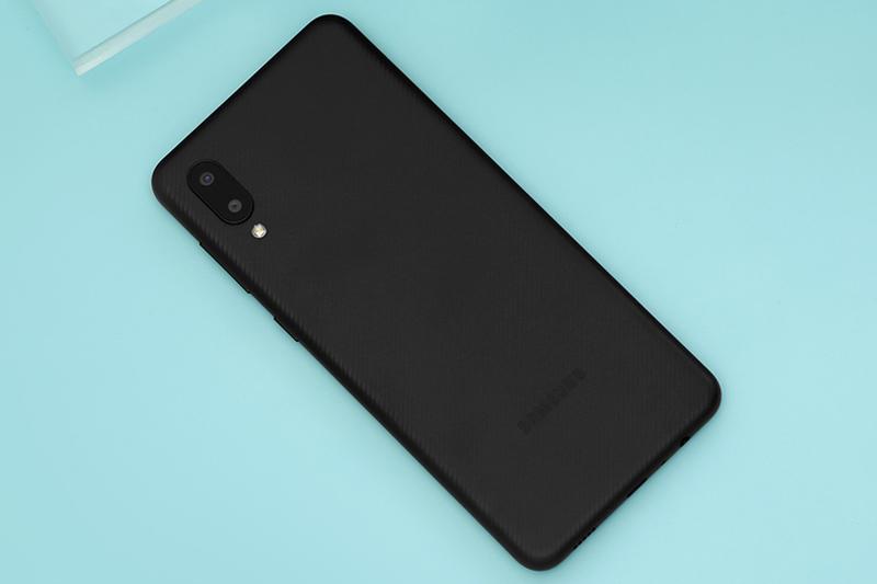 Samsung Galaxy A02 | Mặt lưng mạnh mẽ cá tính hơn với những đường vân nổi carbon
