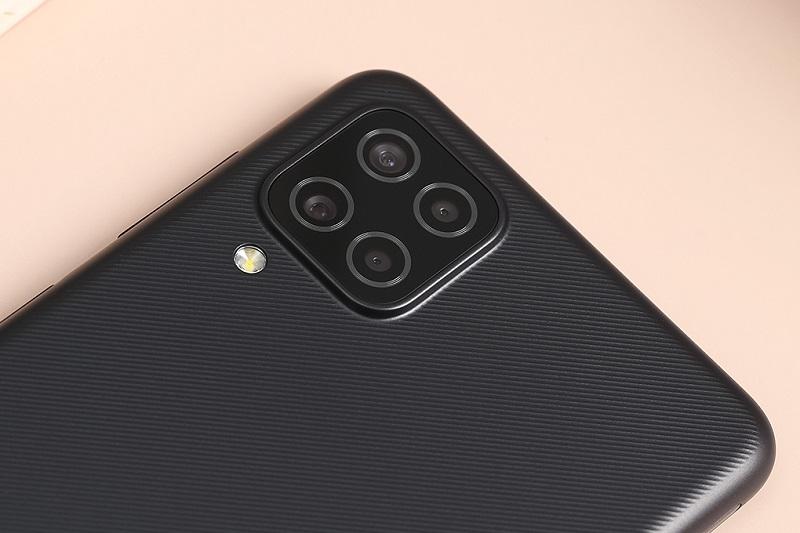 Điện thoại Samsung Galaxy A12 (6 GB/128 GB) | Cụm 4 camera vuông ở mặt sau