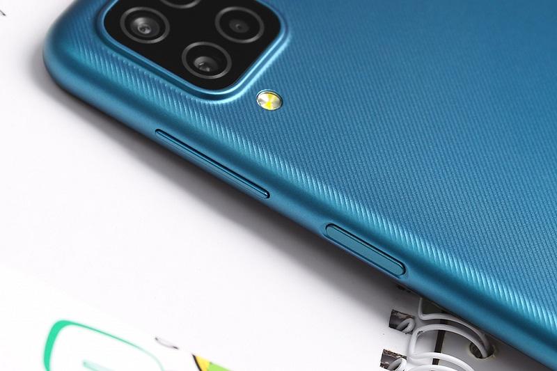 Điện thoại Samsung Galaxy A12 (6 GB/128 GB) | Cạnh viền bo cong, độ mỏng ấn tượng
