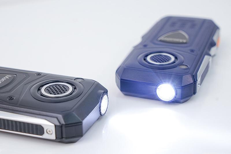 Masstel Play 50 | Tích hợp camera sau và đèn pin siêu sáng