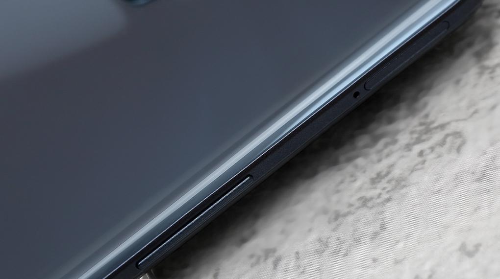 Realme 8 5G | Thân máy mỏng nhẹ với trọng lượng 185 g và độ mỏng 8.5 mm