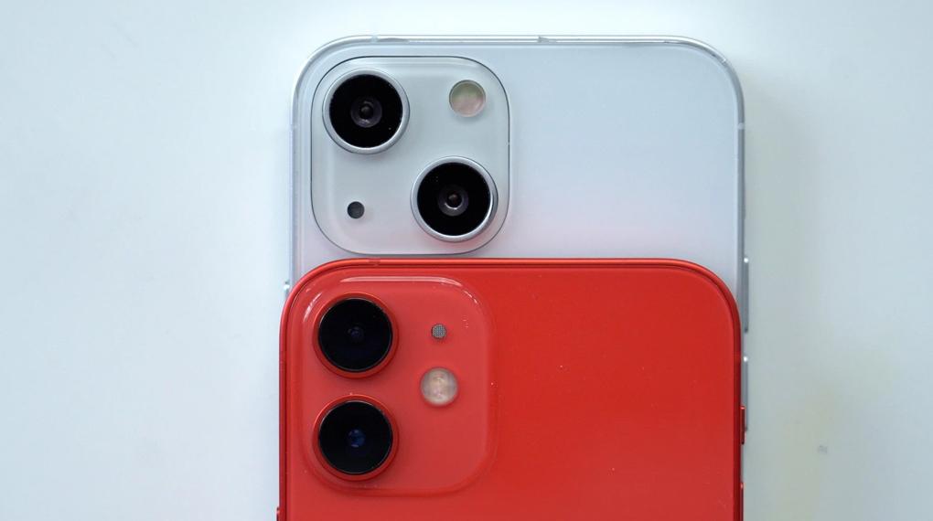 iPhone 13 mini   Cụm camera của Phone mini với với iPhone 12 mini