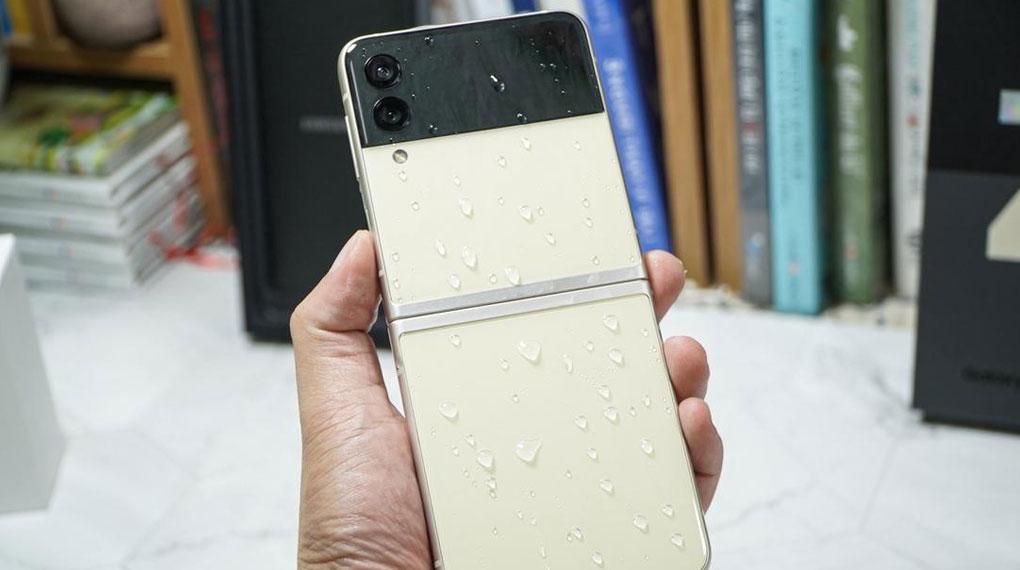 Samsung Galaxy Z Flip3 5G 256GB | Khả năng kháng nước chuẩn IPX8