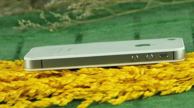 Nút tắt chuông và điều chỉnh âm lượng (từ trên xuống) quen thuộc của Apple bên trái thân máy