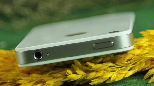 Jack cắm tai nghe và nút nguồn được thiết kế trên đâu chiếc Iphone 4S