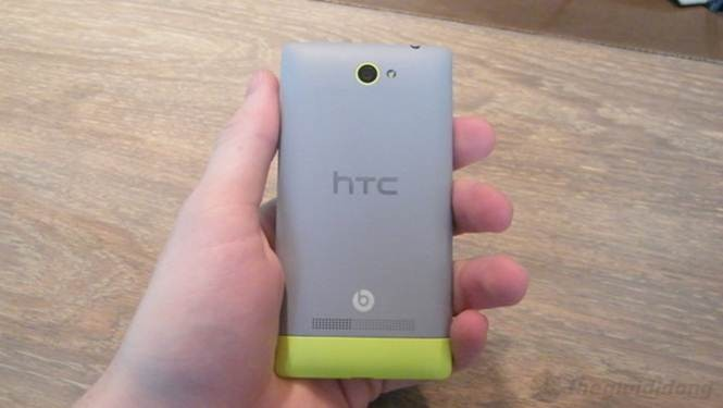 mặt sau HTC 8S