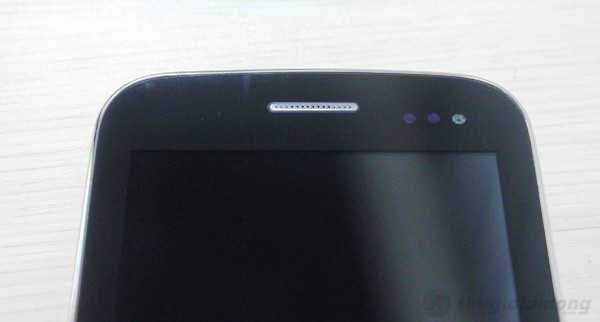 Camera  trước nằm cạnh các cảm biến