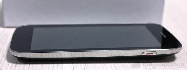 Các  cạnh phải và trái của máy