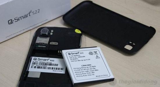 2 khe cắm sim trên Q-Smart S22 cùng với 1 khe thẻ nhớ hỗ trợ đến 32 GB