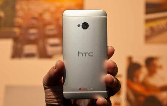 Mặt sau của HTC One