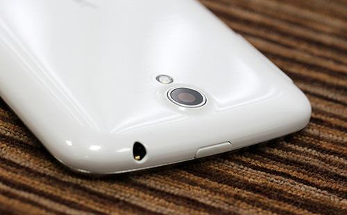 Cụm camera và đèn flash LED của Q-Smart S53 được thiết kế rất đẹp