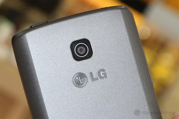 Camera 2MP bố trí ngay trên logo LG nắp sau máy