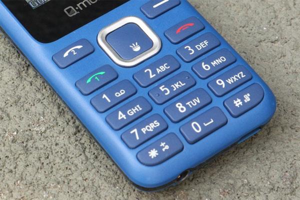 Q-mobile Q117 có bàn phím nổi, giúp thao tác nhanh