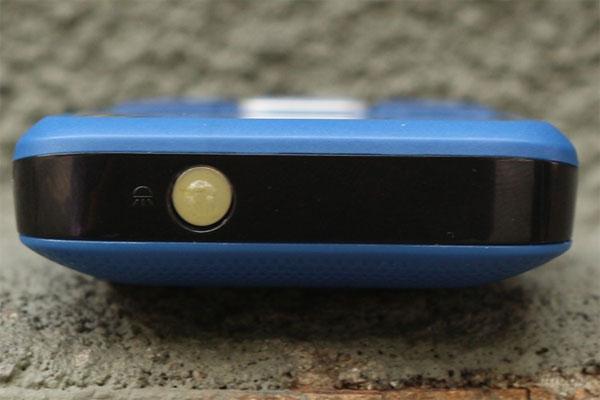 Q-mobile Q117 tích hợp đèn pin ở cạnh trên cùng của máy