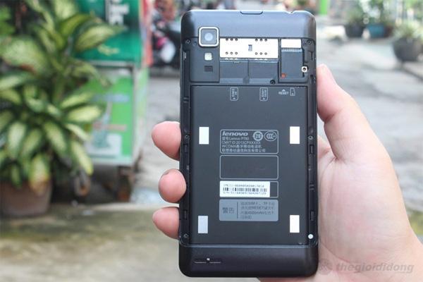 Phía sau P780 hỗ trợ hai khe cắm thẻ sim cạnh khe cắm thẻ nhớ