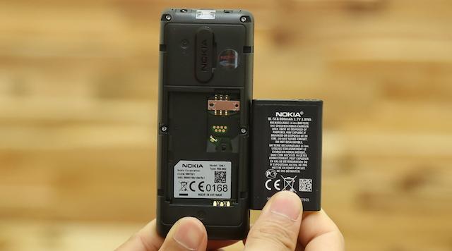 Máy có dung lượng pin 800 mAh và sử dụng 1 sim thường, khe sim lộ ra để bạn có thể dễ dàng gắn được sim đã cắt nhỏ