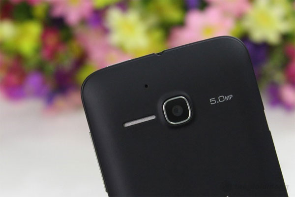 One Touch Soleil với camera sau 5MP